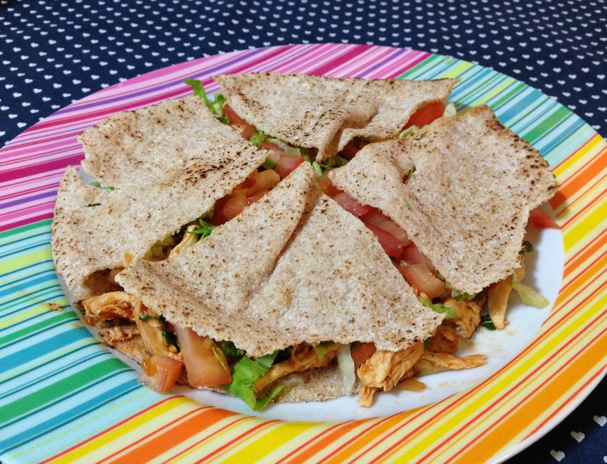 Sanduíche de frango no pão árabe
