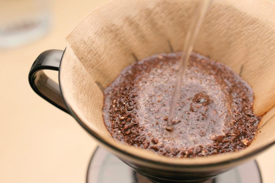 Coador de café: diferenças e cuidados entre papel e pano
