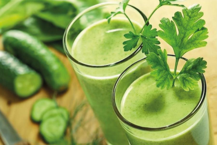 Suco verde de salsa para pele