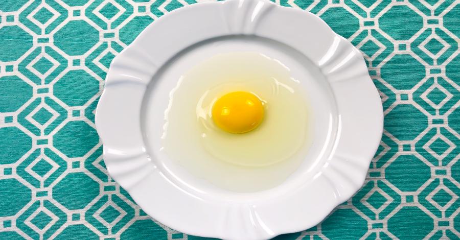 Como retirar a pele do ovo