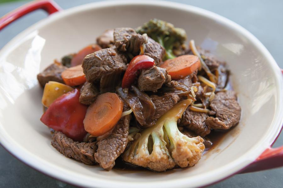 Carne com legumes ao molho oriental