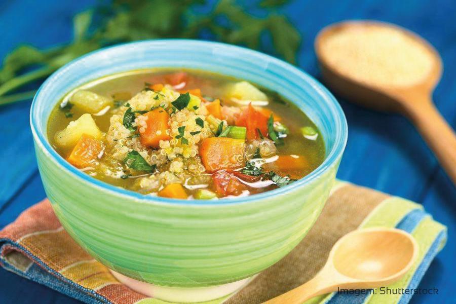 Sopa de quinoa e legumes
